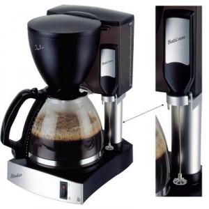 La cafetera a goteo CA385 de JATA incluye sun sencillo y práctico batidor para hacer espuma de leche para el capuccino.