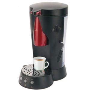 La cafetera CA450 de JATA está equipada con vaporizador para hacer un delicioso capuccino.