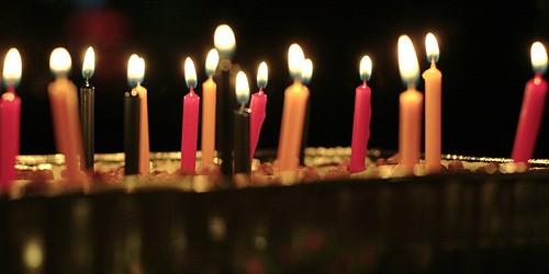 ¡Hoy estamos de cumpleaños! Y para celebrarlo en la cena con los amigos esta noche de postre prepararé TIRAMISU. Desde hace años soplo las velas en este postre increible. La receta es muy sencilla… ¡Animaros! Para preparar un TIRAMISU para 6 personas necesitamos: 400 gr […]